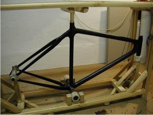 我是如何在家制作碳纤维车架的?万事始于我读了德蒙。瑞那德的《我是如何在车库做碳纤维自行车的》,感谢这篇出色的文章使我下决心制作一个碳纤维车架,尽管我之前从没有此类经验(除了一个刹车架, 我很多年前为我的车做过一个)。我一直想拥有一个这种碳纤维车架。车架几何形状我选择了一个标准的三角形车架做模板, 我很喜欢这个设计,我认为就受力的合理性而言这个车架形状最合理。  金属部分包括下半月壳, 头管, 座管,线驻,后勾,后刹座。所有的金属为铝合金。用到的薄壁管和线驻是机加工的,后勾和刹车座是从一个不错的供应商那里买