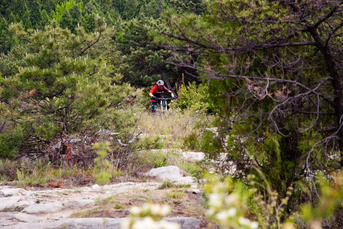 dh赛道位于山西·长治·老顶山风景区,从俱乐部出发,骑车6公里就可以